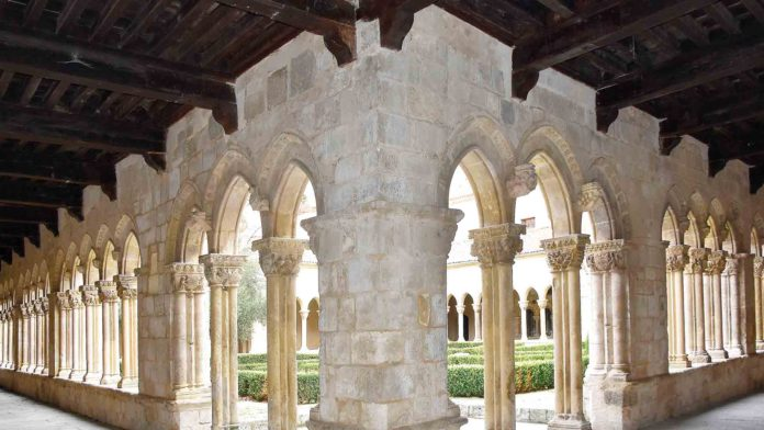 The bishopric renounces the claim of ownership of the cloister of Santa María la Real de Nieva